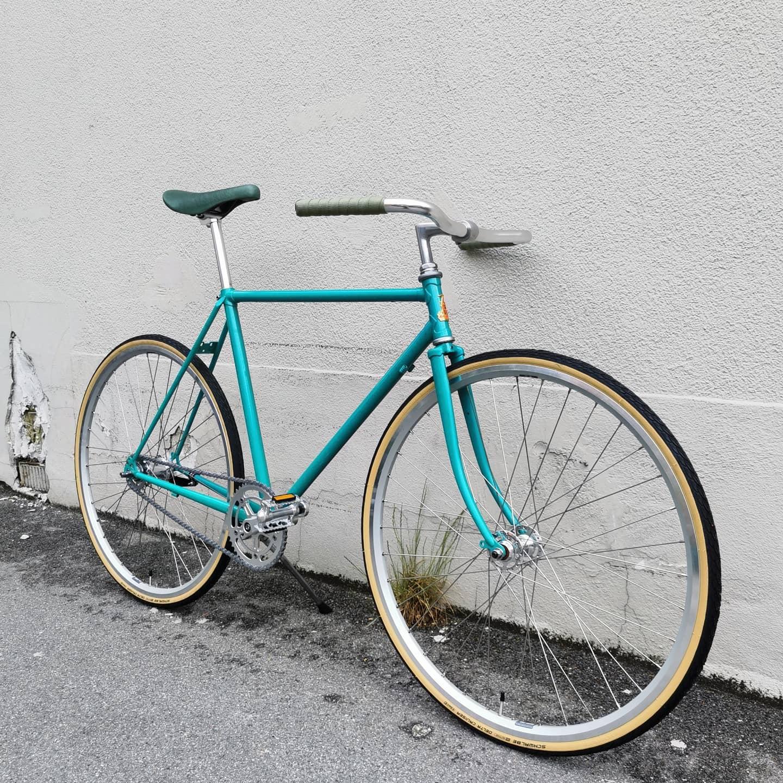 Helt vildt lækker NOS Raleigh. Str. 54cm. Sindssyg lakering. Kr. 6999,- / Sturmey Archer 2gear kickback. Grøn lædersadel. Grønt lærredsstyrbånd fra @grepp.cc #hrvelo #cykler #cykelværksted #custombike #retrocykel #stålcykel #steelbike #vintagebike #commuterbike #cycling #copenhagen #vesterbro #frederiksberg